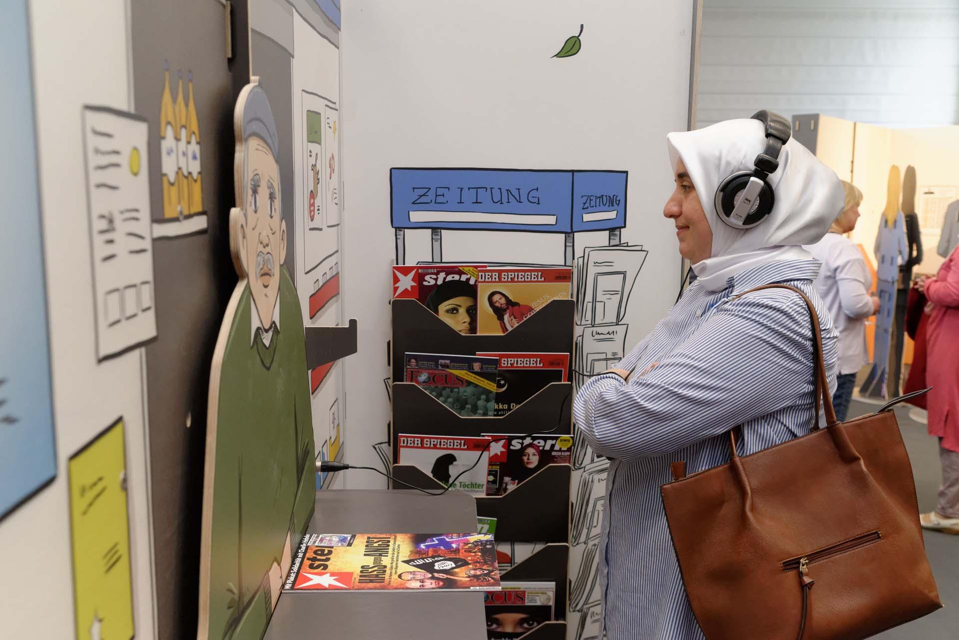 Zuhörende Person am Kiosk
